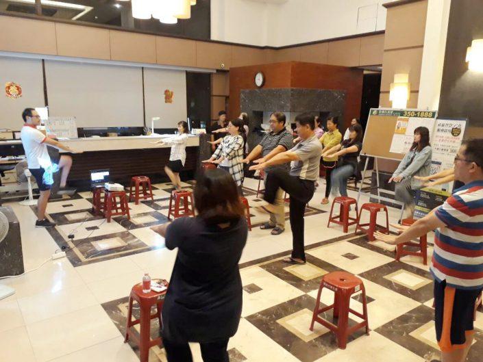羅文銘 教練 教導 林口龜山 地區 社區大樓 住戶 肌力訓練