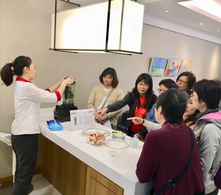 蕭如榆 營養師 示範 做 蔬果 健康飲